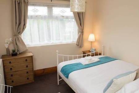 Spacious 1 bed including own lounge and bathroom. - Oldbury