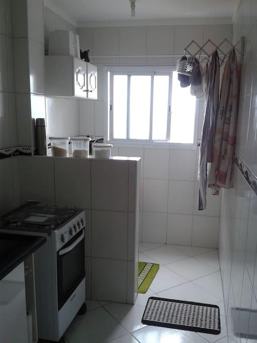 área com tanque, lava roupa e varal sanfonado.