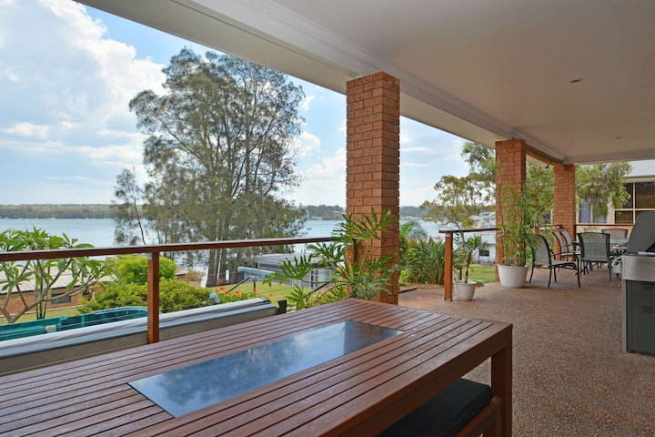 The House on the Lake @ Fishing Point, Lake Macquarie - honestly put the line in and catch fish
