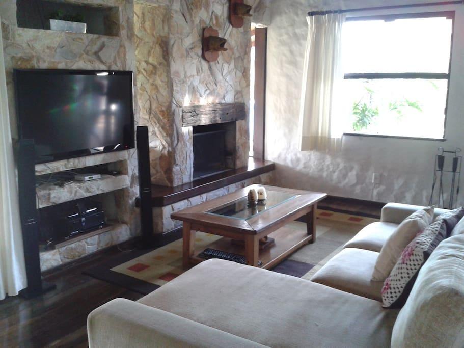 Sala de estar com tv 50', home teather, lareira. Ambiente aconchegante.