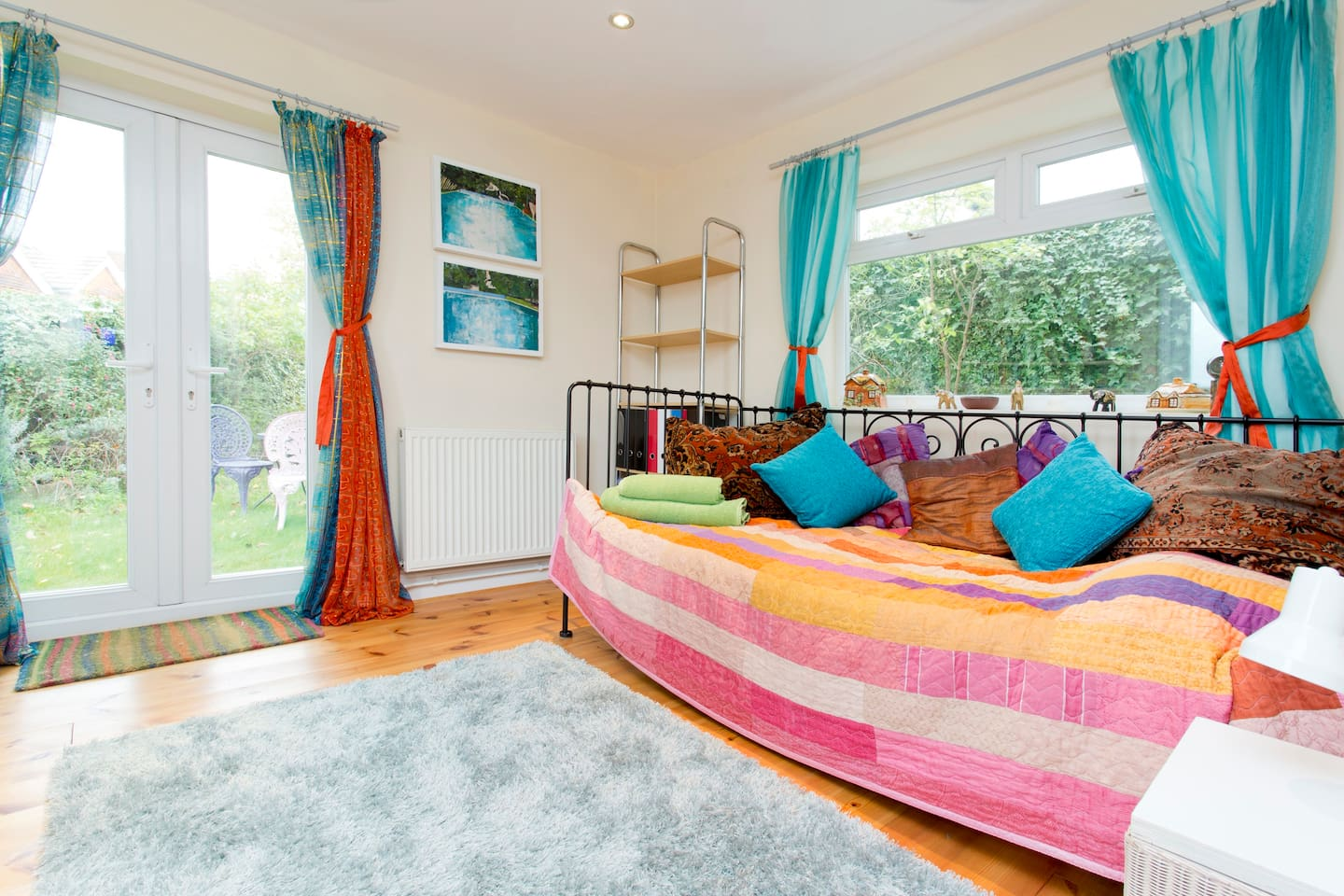 This pretty single room is cosy and bright, the day bed is a comfy bed at night...FREE WI-FI
