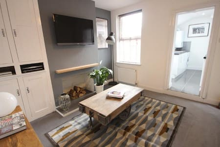 2 large double rooms within 5min walking distance to Luton town centre and convenient for local transport links (Luton Airport, train stations & M1). The property is modern & has recently been refurbished. Free Sky Tv, WiFi & parking available