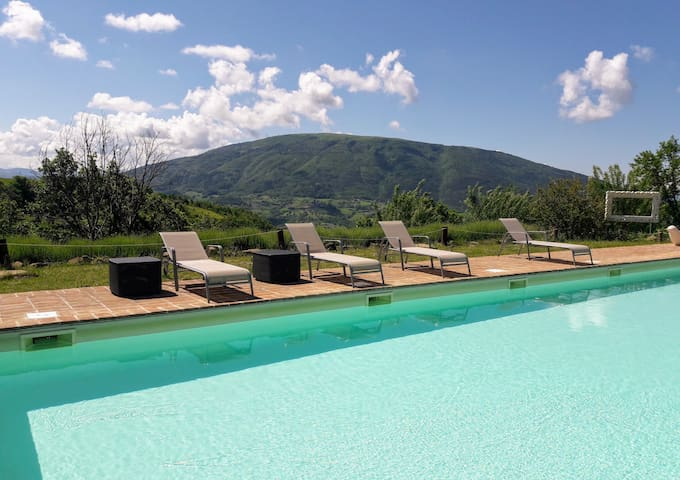 Panoramic pool and hot tub in Assisi's countryside