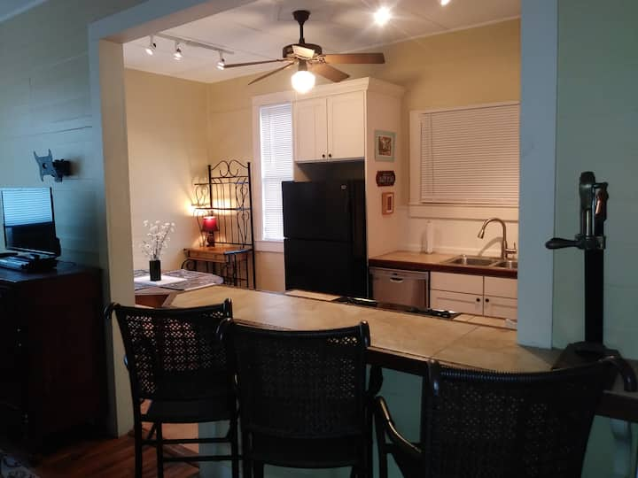 April discount Large light filled 2BR apartment!!!