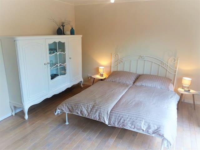 helles Zimmer mit Küchenzeile, Bad, sep. Eingang und Gartenbenutzung