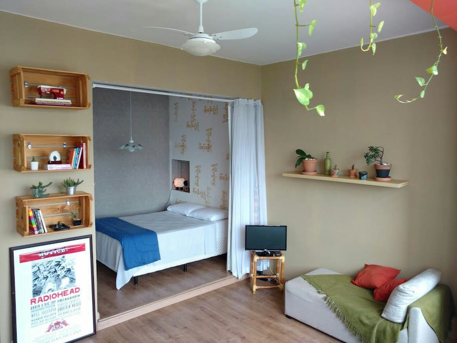 Sala espaçosa e quarto com armário embutido.