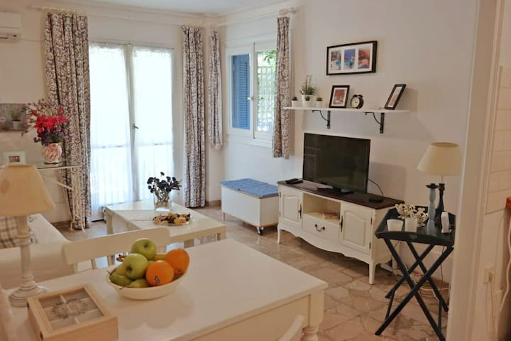 Cozy sunny apartment 100m from the sea with garden