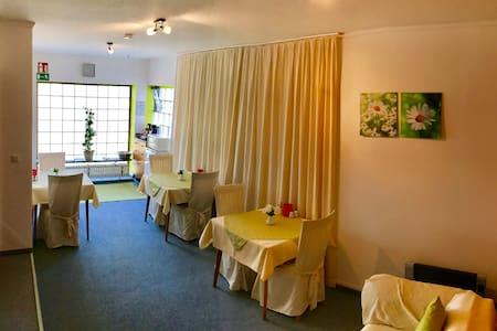 Frühstückspension Zur Krone - Bad Endbach - 家庭式旅館