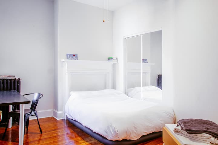 Five-star, sunny room in 2 bedroom apartment!