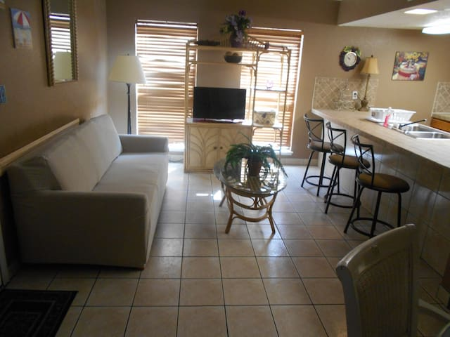1 BDR,NICE CONDO,HALF BLOCK WALKING TO THE BEACH!! - South Padre Island - Apartment