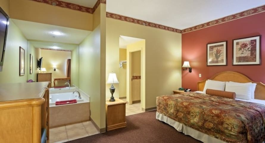Family Owned Hotel, 1 King Suite @ Country Hearth - Edwardsville - Autre