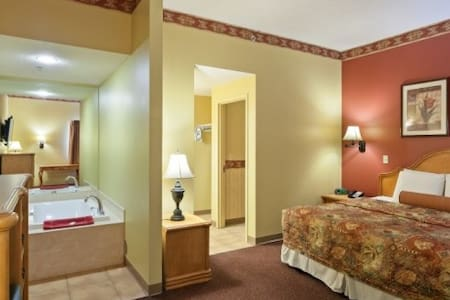 Family Owned Hotel, 1 King Suite @ Country Hearth - Edwardsville - Annat