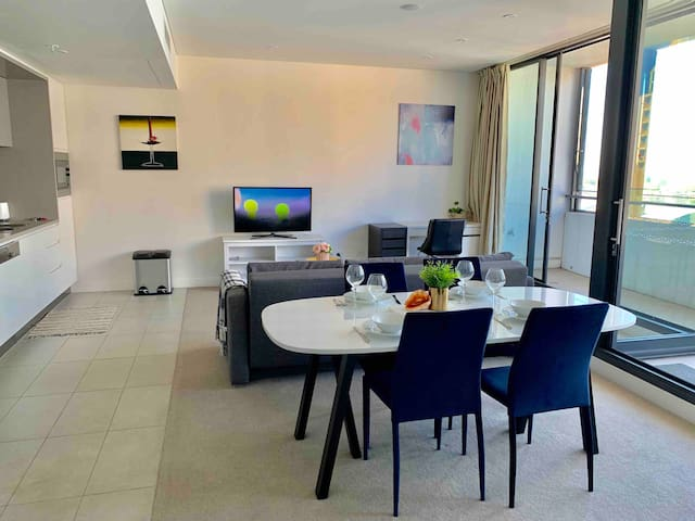 Superb Apt Chatswood 200m to train & Free parking