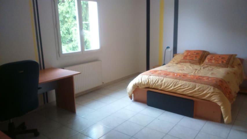 Chambre dans maison avec piscine  près de Limoges