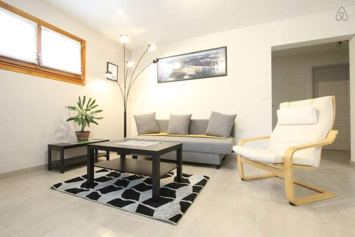 Nice renovated 2-rooms flat 4 pers, parking ❤️Direct access City tram E #J3