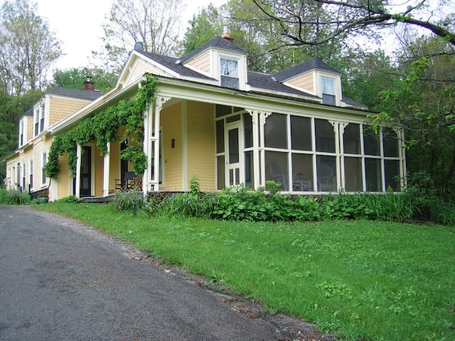 Historic Berkshire Farmhouse - Middlefield - Casa