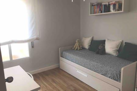 Dormitorio en precioso chalet al lado del mar.