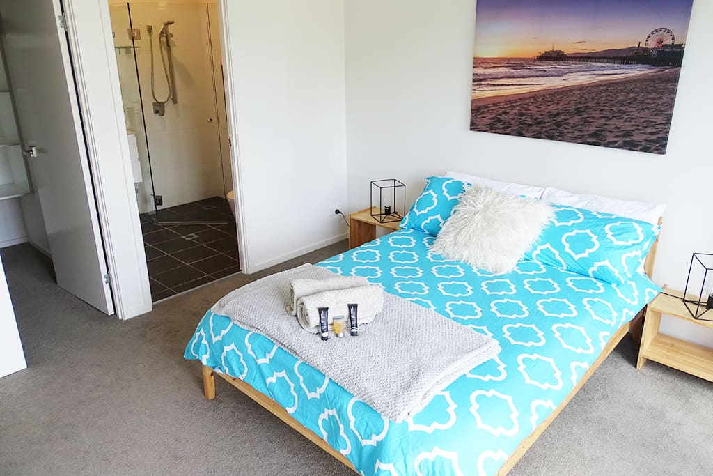 Main bedroom, ensuite & walk in robe.