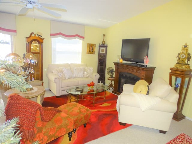 THE VILLAGES VILLA!~CART 8 MIN SPANISH/SUMTER SQs!