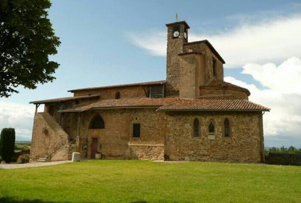 Eglise au centre du village,