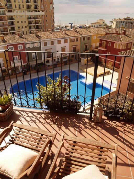 Piso de playa con piscina y vistas apartamentos en for Apartamentos con piscina y playa