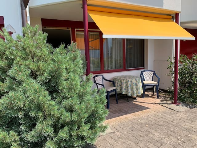 Terrasse des Apartments/ terrace of the apartment with view to the mountains and the garden of Swiss Holiday Park