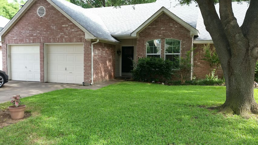 Beautiful Home, Just Minutes From D/FW Airport