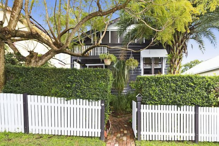 Peaceful Cottage Retreat  (No. 2) - Adamstown Heights - Huis
