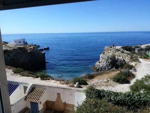 Casa mediterránea sobre el mar