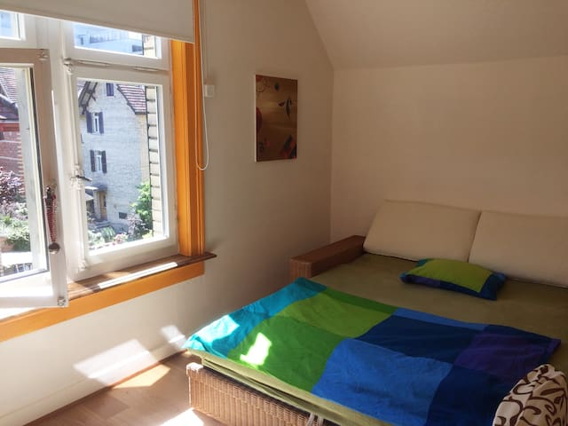 zentrales,freundliches Zimmer in ruhigem Quartier
