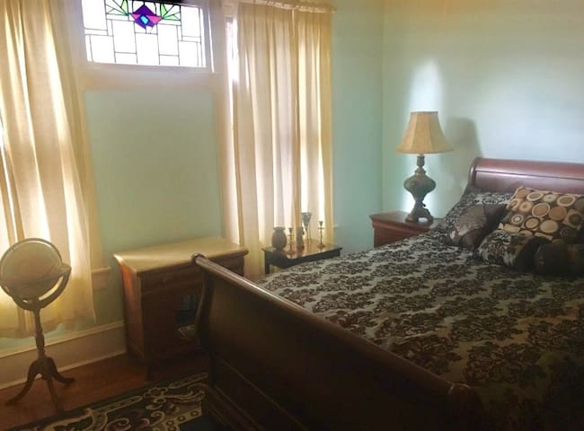 2nd Bedroom (The Turquoise Room)
