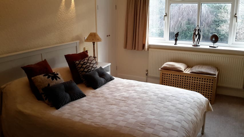 Large Garden-View Room Near Manchester Airport - Manchester - Casa