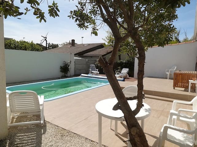 Welcoming house with pool, very close to the beach