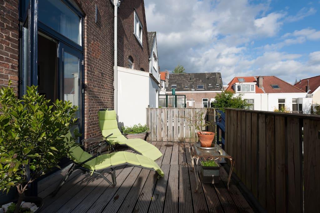 balkon met relaxstoelen