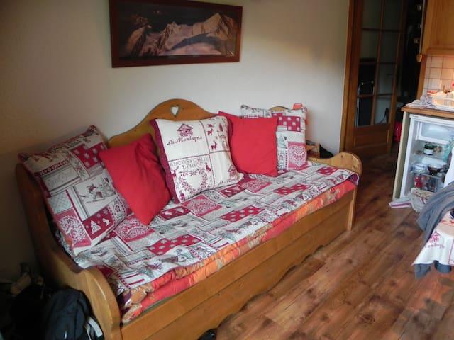 Le canapé 2 couchages dans la pièce à vivre.