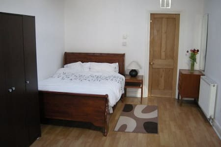 Large self contained annexe - Hampshire - Bed & Breakfast