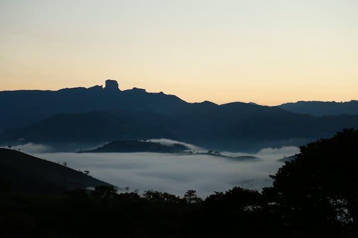 Pedra do Baú ao amanhecer