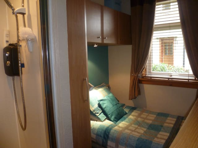 lovely single room with shower