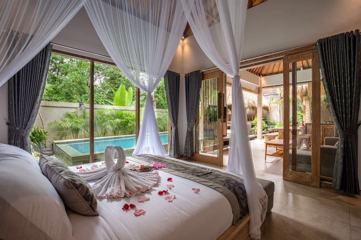 Marvelous & Romantic villa in Bali local compound