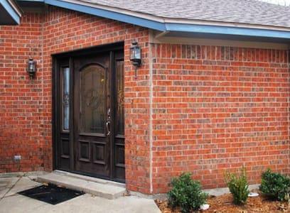 Private home in East Dallas Available - Dallas