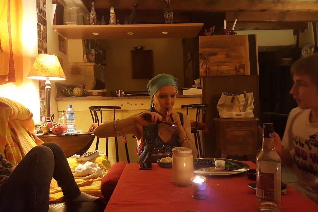 ambiance cool soirée diner à la table d'hote,en arrière plan: le coin cuisine derrière le bar!