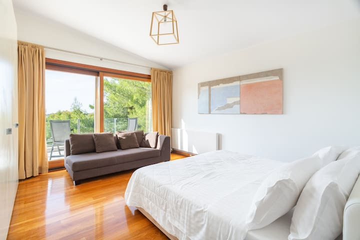 First floor / Bedroom 2: Queensize bed, bright room with panoramic view; the couch can also be used as child's bed