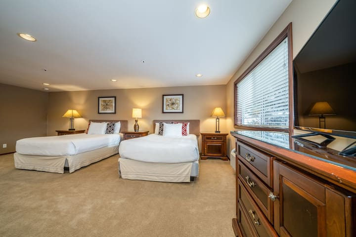 Grandview Non View 306A! Third floor waterfront condo! Sleeps 4+ (No Lake View)