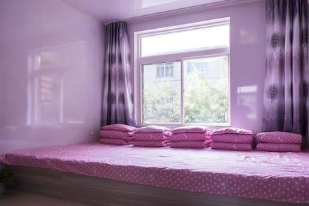 独立简约的风格,干净整洁的被褥,让您住的放心,睡的安心!欢迎各位家人拖家带口的入住哦!