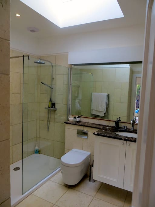 Contemporary en suite with walk in power shower