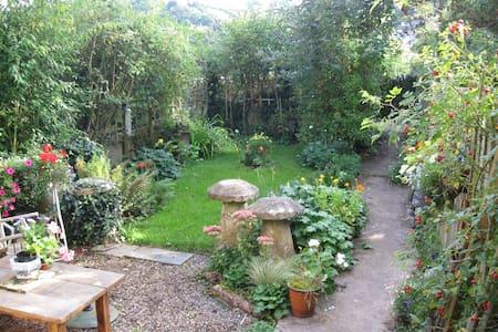 Cosy rooms in friendly home - Totnes