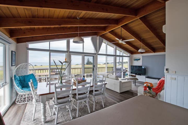 Stunning Waterfront Family & Pet Friendly sleeps 7
