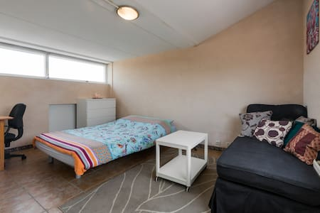 Large room (2-3 pp) 25 min to A'dam & Schiphol - Purmerend - Σπίτι