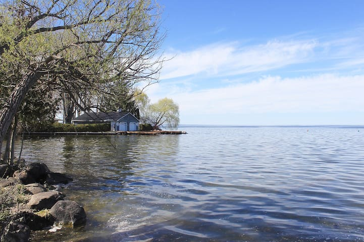 Gorgeous private waterfront cottage + boat dock!