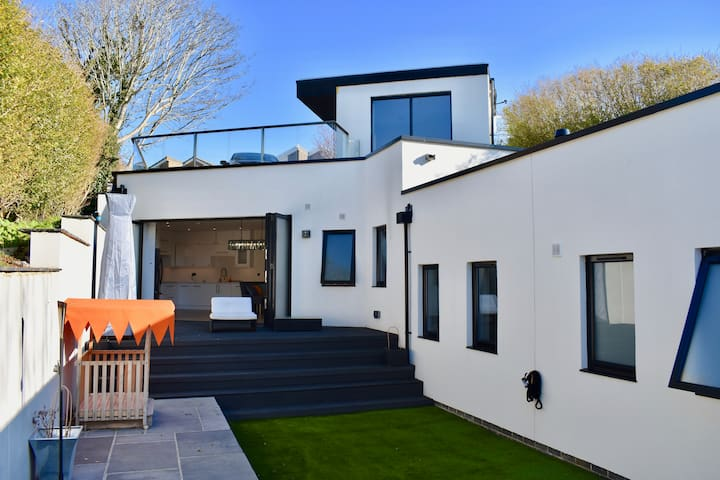 Ultra modern 2-Bed house with stunning views